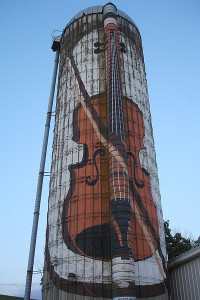 A violin painted on a silo near Green Island, Iowa, is a popular landmark along the route. PHOTO Courtesy: Dawn Hopkins